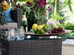 Műrattan asztal a kertbe